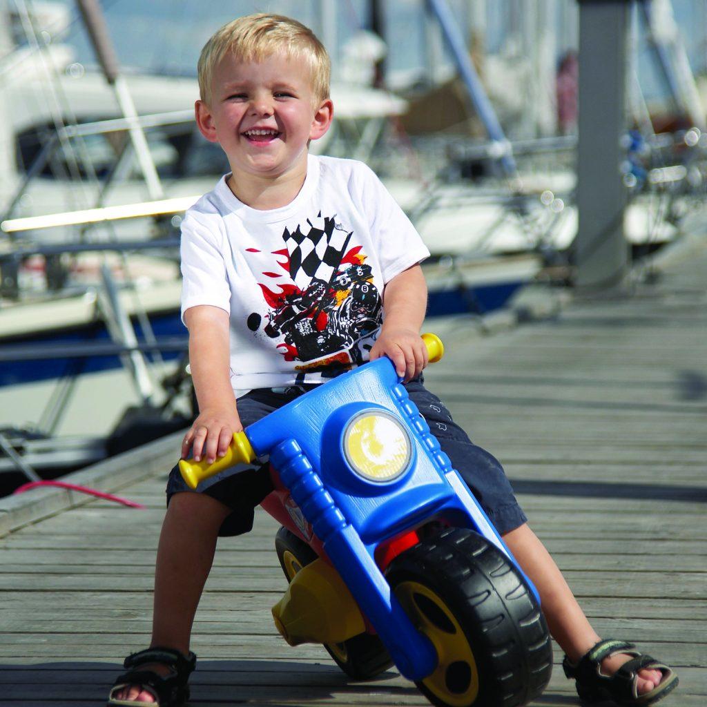 Glad dreng på løbecykel